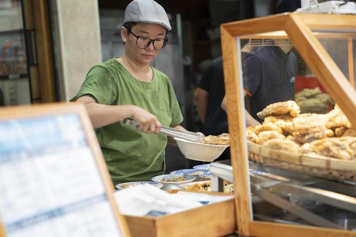 痣姐熱炒名滿天下的蟹肉蛋捲。(Netflix提供)
