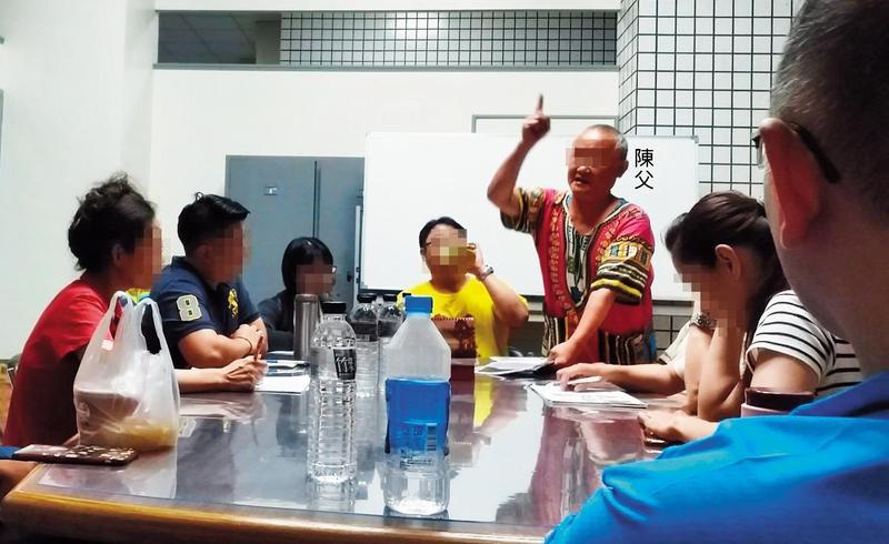 陳父在會議中強行發言,對反對他的住戶破口大罵。(讀者提供)