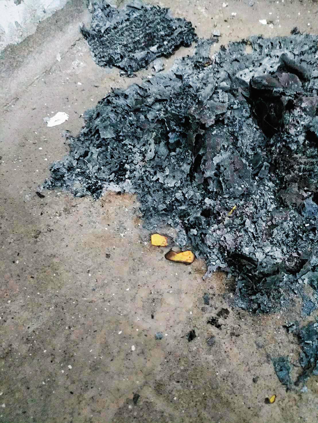 社區電梯機房出現燒冥紙、衣物的痕跡,住戶質疑是擔任乩童、廟公的陳父私下作法,危及公安。(讀者提供)