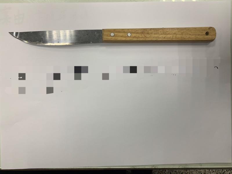 警方起出卞女時常拿來恐鄰居的刀械。(翻攝畫面)