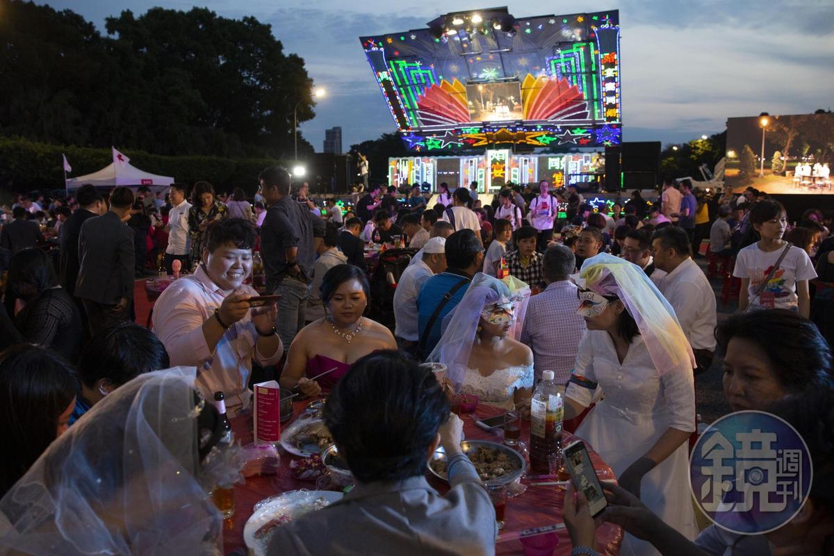 席開160桌分享同婚合法化的喜悅,現場1,600多人一同舉杯歡慶,齊聲高喊「還我紅包錢」。