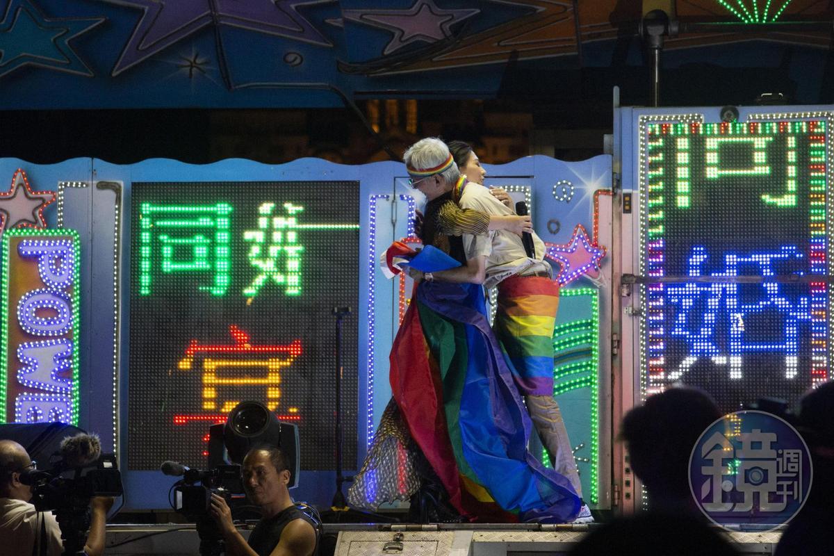 同志運動先驅祁家威更上台舞台揮舞彩虹旗,隨後更與艾怡良互享擁抱,現場氣氛相當感人。