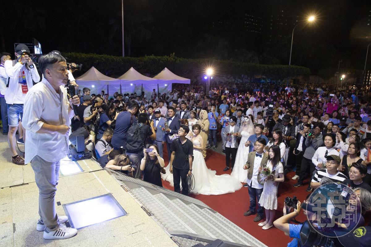 同婚宴上也找來20對同志新人進行證婚儀式,王小棣也擔任這場典禮的見證人。
