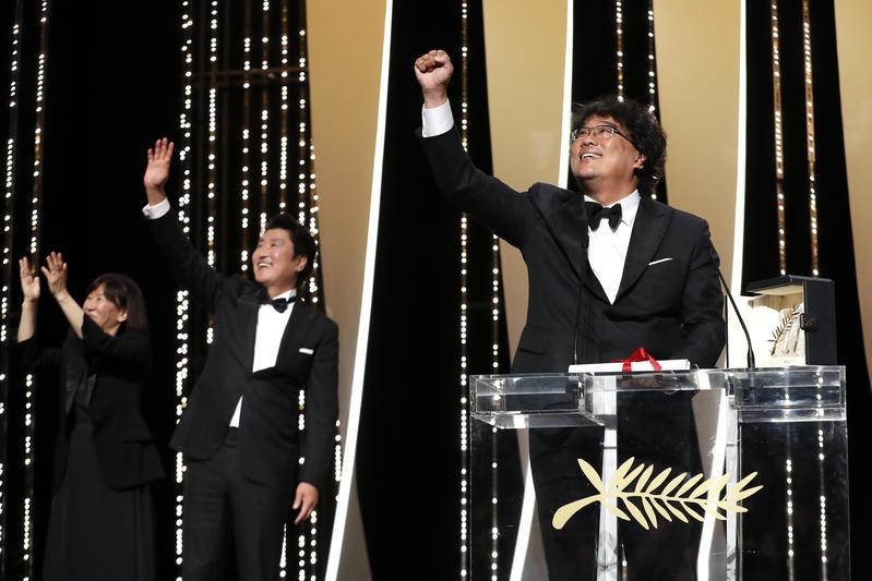 韓國電影《寄生上流》拿下第72屆坎城影展金棕櫚獎,導演奉俊昊(右)與宋康昊難掩興奮之情。(東方IC)