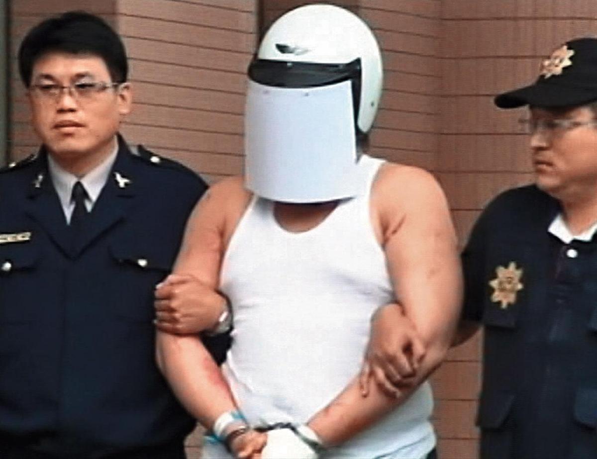 朱建華(中)被逮後毫無悔意,還嗆要殺死許女全家。(東森新聞提供)