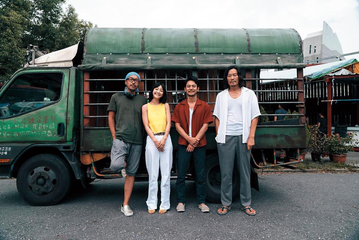 《亡命之途》由台日合作,導演半野喜弘(左1)與豐川悅司(右起)、妻夫木聰是日本人,女主角則是台灣女星謝欣穎。(威視電影提供)