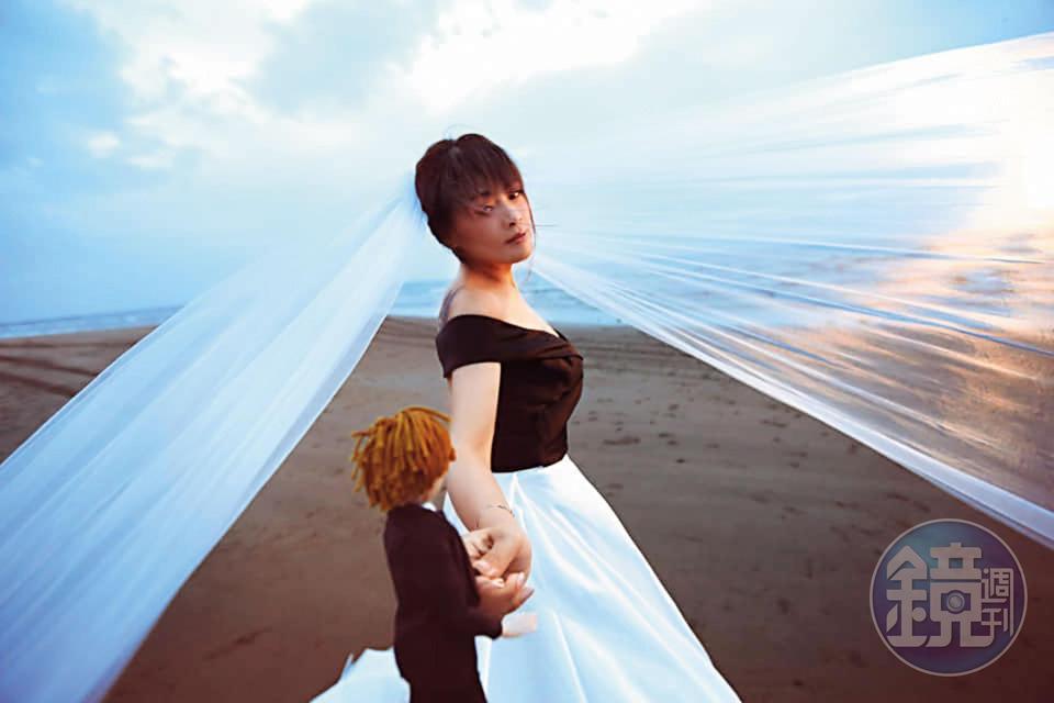 5月中旬,林詩潔製作完成代表董耀文的小人偶,帶著人偶拍結婚週年婚紗。(林詩潔提供)