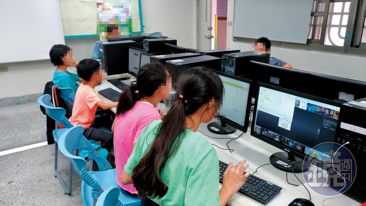 各地小學目前大都設有電腦教室,台中某國小李姓教師卻以自己座位的電腦做個人教學,誘騙女學生進行猥褻。(圖為示意畫面,非當事人與教室)