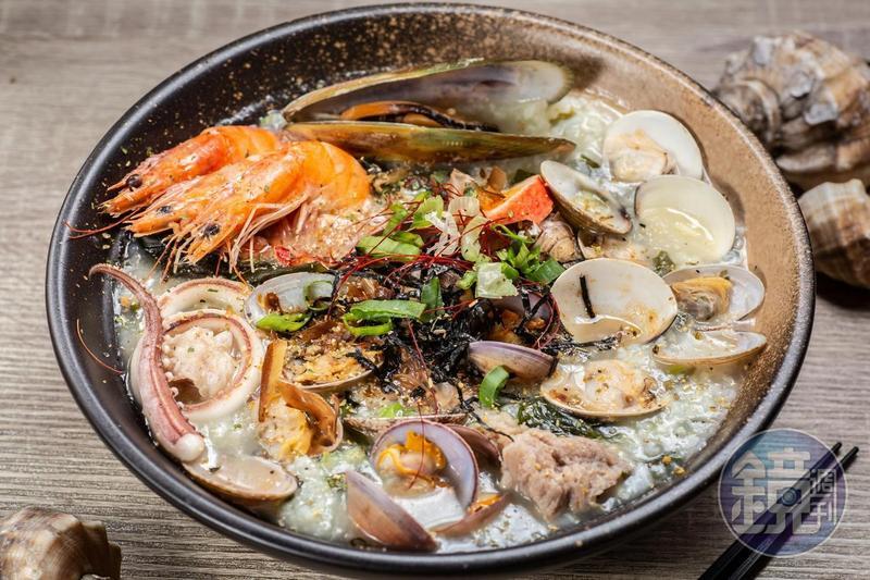 「漁民自家」的海產粥,有多種海鮮入料,加入自家配方熬煮,每口粥都吃得到鮮味。(180元起/份)