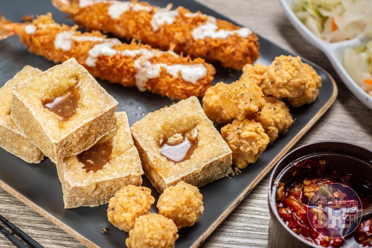 「臭豆腐拼盤」結合4種炸物,可配上自家辣椒醬品嘗。(150元/份)