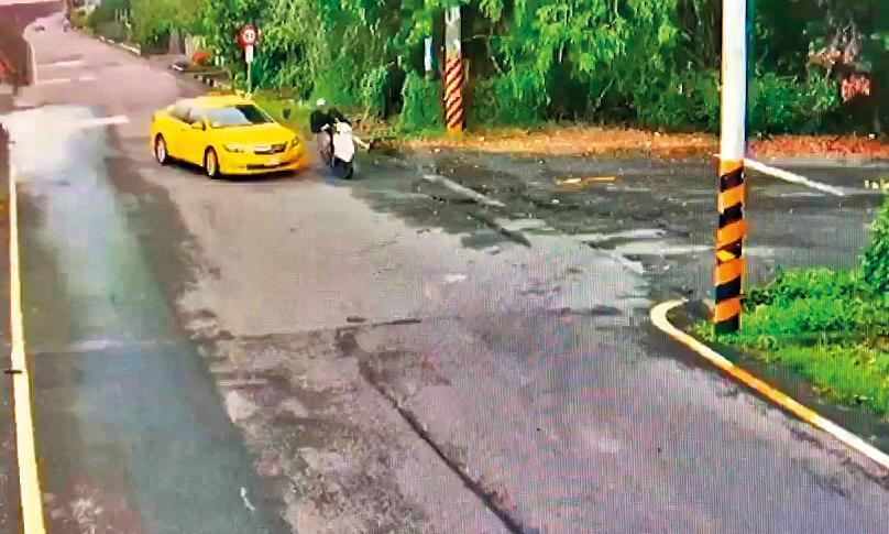 計程車司機原本靠右行駛,突然左轉而撞上騎機車的黃博鈞。(家屬提供)