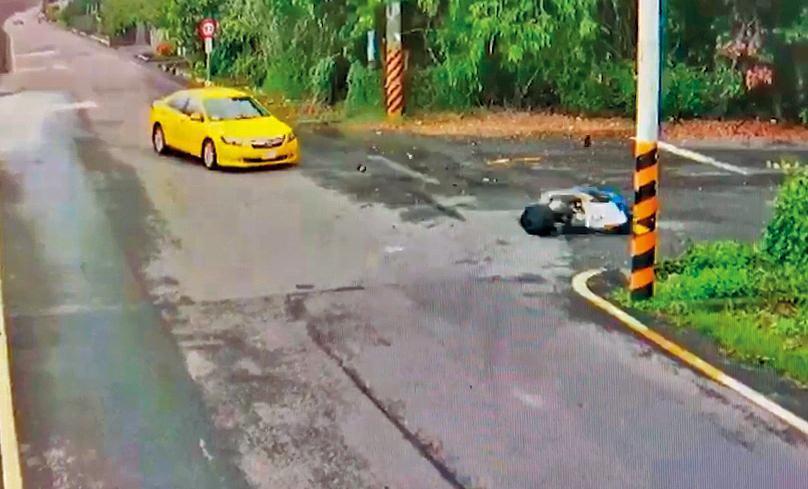 黃博鈞騎乘的機車被小黃擦撞後,就向前滑行跌地。(家屬提供)