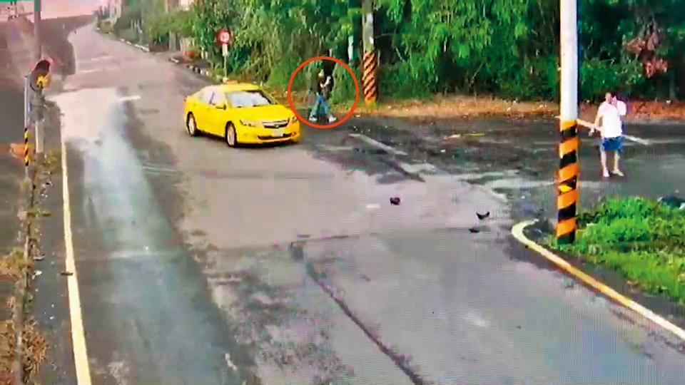 黃博鈞被撞後,計程車司機(右)1分多鐘後才下車報警,女乘客(左)也走出後座離開現場。(家屬提供)