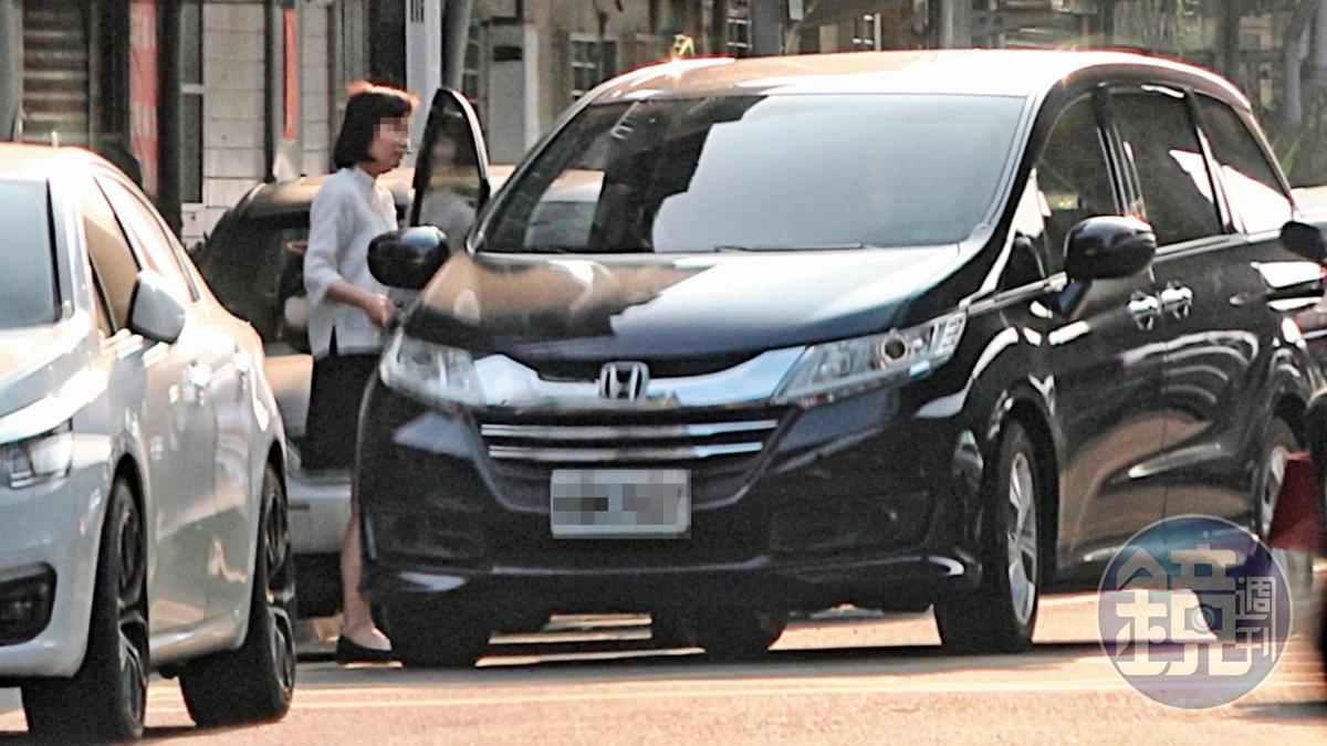 4月30日06:57 接送上班:男科長每天早上幾乎都會開著休旅車,到女幕僚家巷口接她上班。