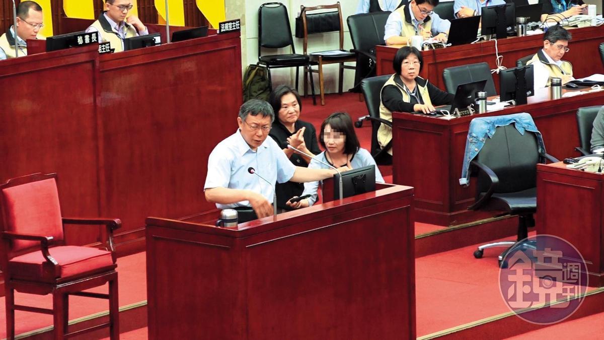 柯文哲接受議員質詢時,女幕僚不時上台提供資料,幫柯解圍。