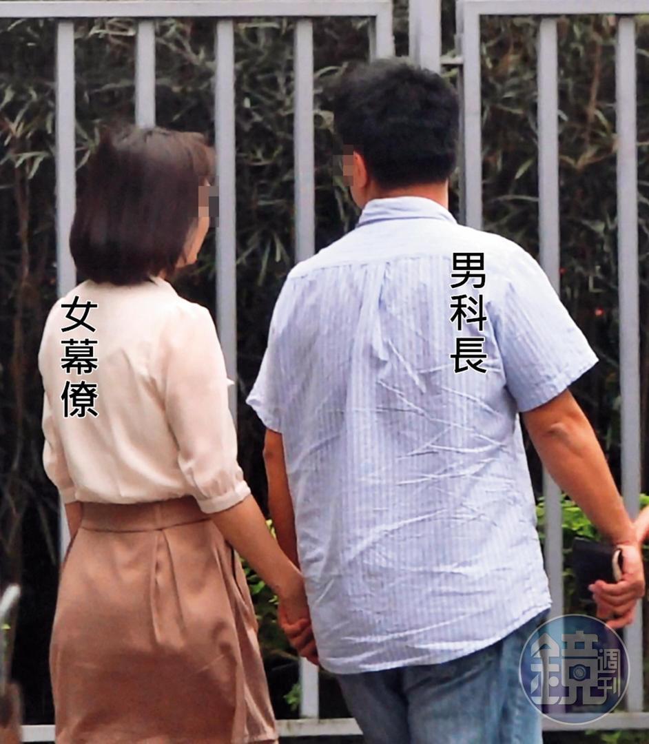5月22日13:11 牽手散步:吃完午餐,2人毫不避諱地牽手散步取車。