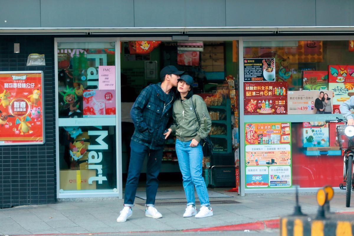 趙又廷(左)與高圓圓兩人在台期間曾被本刊捕獲在路旁大方曬恩愛。