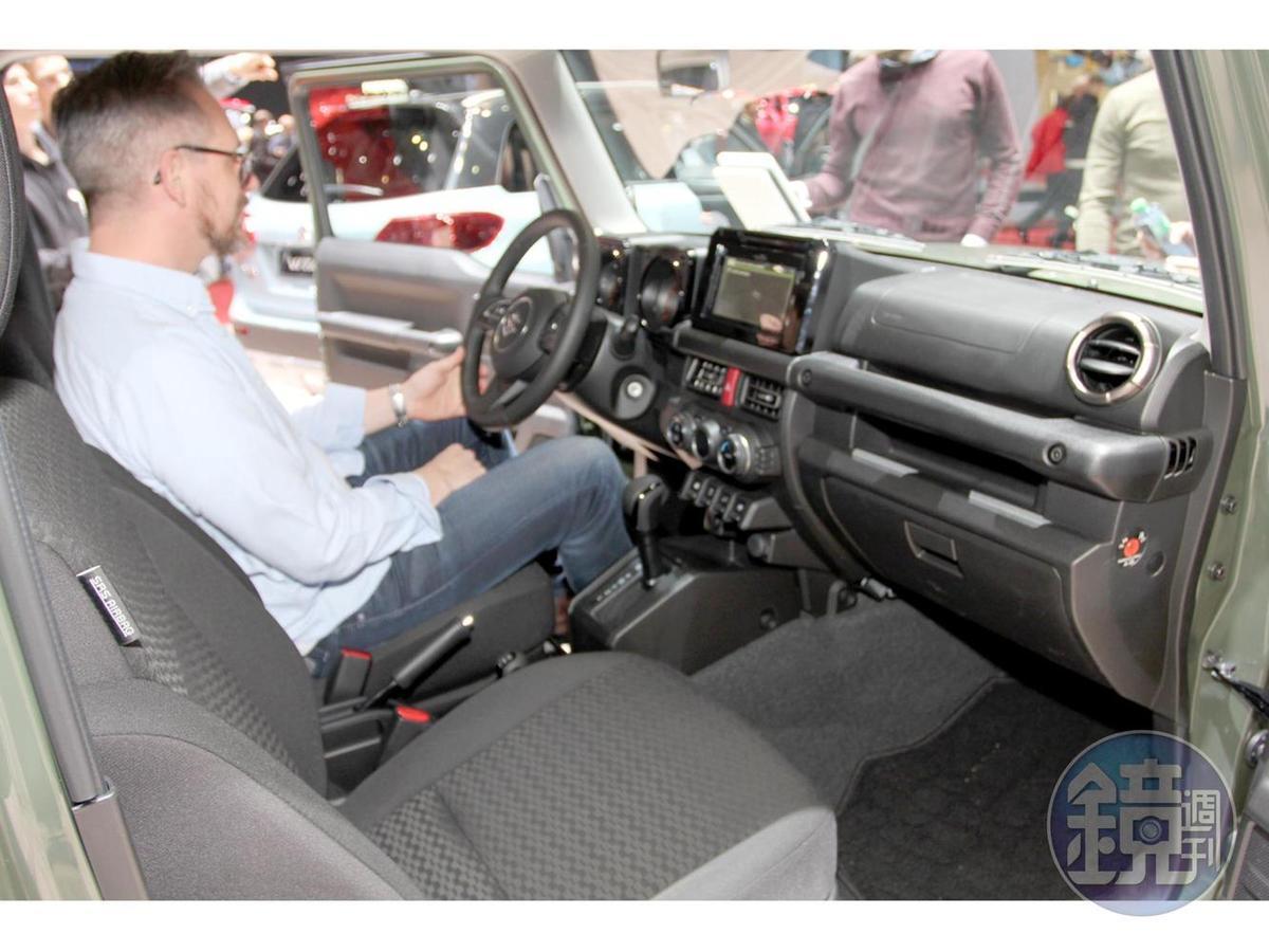 即便因應時代與安全法規有所進化,Jimny的設計還是以機能導向為主,舒適與豪華與她無緣。