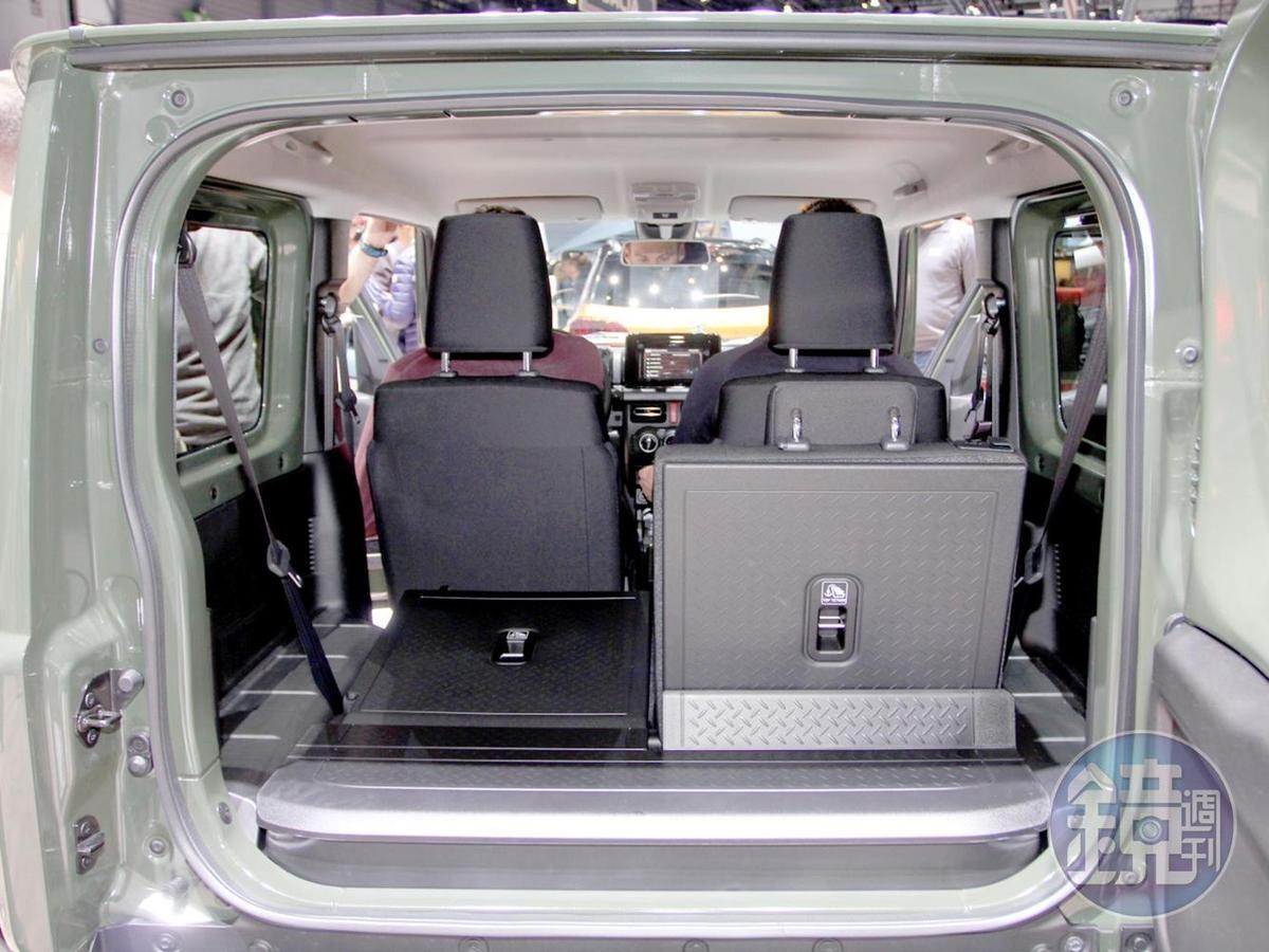 就算把第二排座椅放倒後還不足400升的尾廂容積,讓Jimny先天就是2+2的緊湊設計。