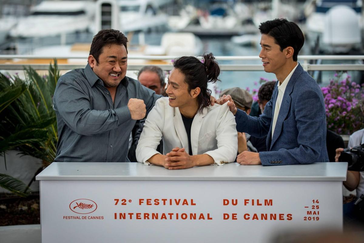 《極惡對決》在坎城影展受到媒體與觀眾高度關注,三主演合照輕鬆打鬧,左起馬東石、金成圭與金武烈。(東方IC)