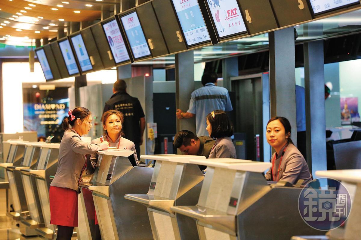 遠航無預警停飛,登機櫃台不見乘客,旅遊業者連署抗議,並揚言發動拒搭遠航行動。