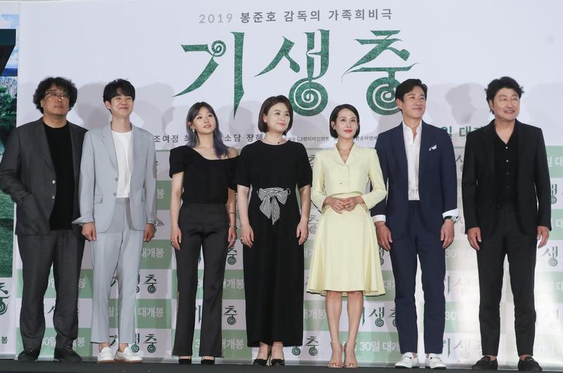 《寄生上流》導演奉俊昊(左一)率主演群出席記者會。(東方IC)
