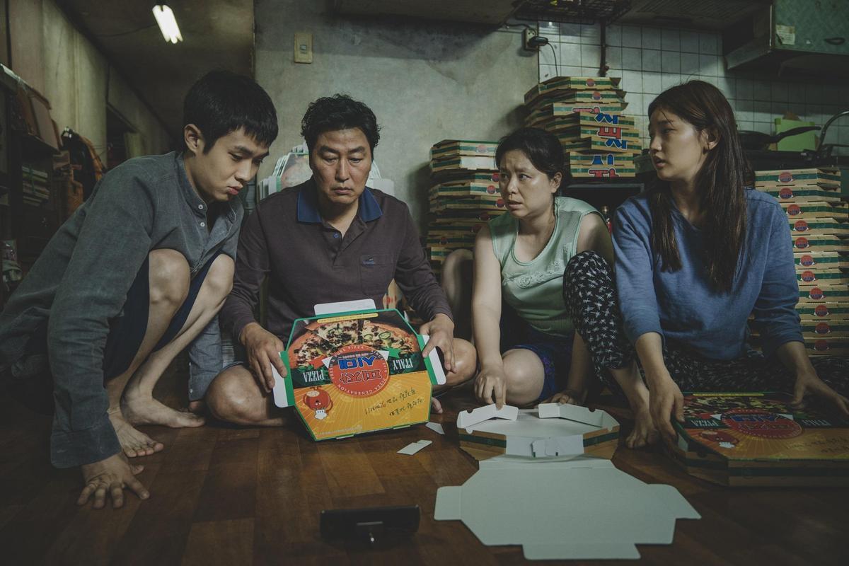 崔宇植、宋康昊飾演一家都是無業遊民的窮人家族。(Catchplay提供)