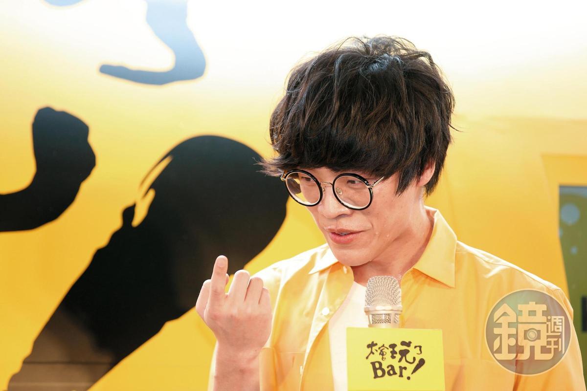 加藤鷹的招牌金手指是兩根上勾,盧廣仲就差一指而已,不過他的表情也夠痴漢。