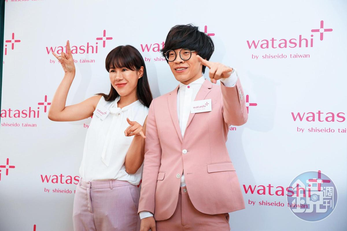 盧廣仲穿得粉嫩跟網紅丹妮婊姐同台,但他比出食指突刺,頗具ET想回家的涵義。