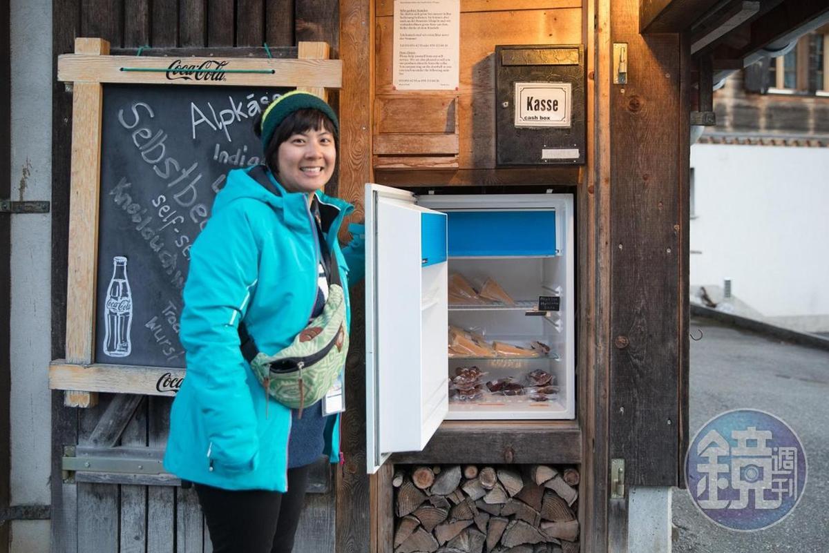起司小農放在屋外的自助販售冰箱,自行打開就可以取貨購物。