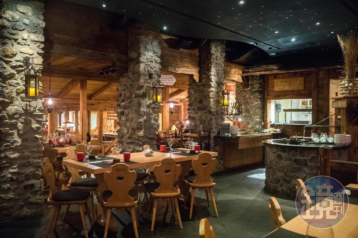 以岩洞氣氛布置的餐廳,在當地非常受到歡迎。