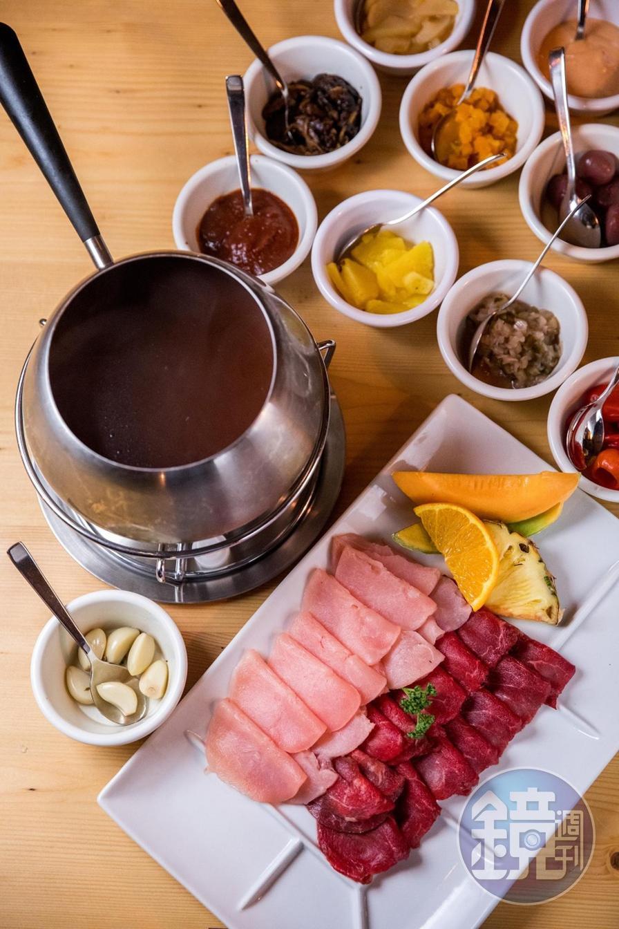 瑞士的清湯肉鍋,是以兩種不同口感的肉,配上洋蔥、番茄醬、蘑菇醬、橄欖等超過十種自醃醬料品嘗。(50瑞士法郎/人,約NT$1,535)