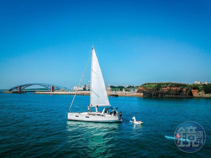帆船旅程的終點會開往觀音亭,讓大家可以自由下海戲水,或繼續待在船上放空。