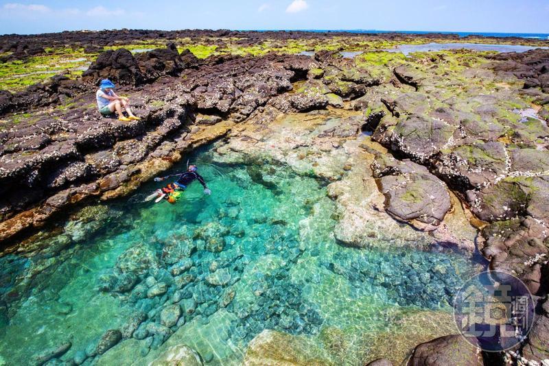 澎湖東海毛司嶼的潮池,有著透明翠綠的海水,讓人忍不住想跳下去與魚群共遊。