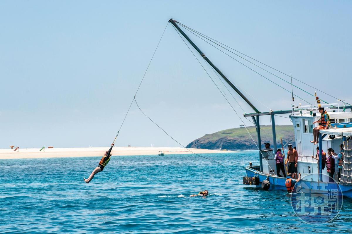 除了登島遊玩,船公司也提供跳水設施,讓遊客能鑽進海裡清涼一下。