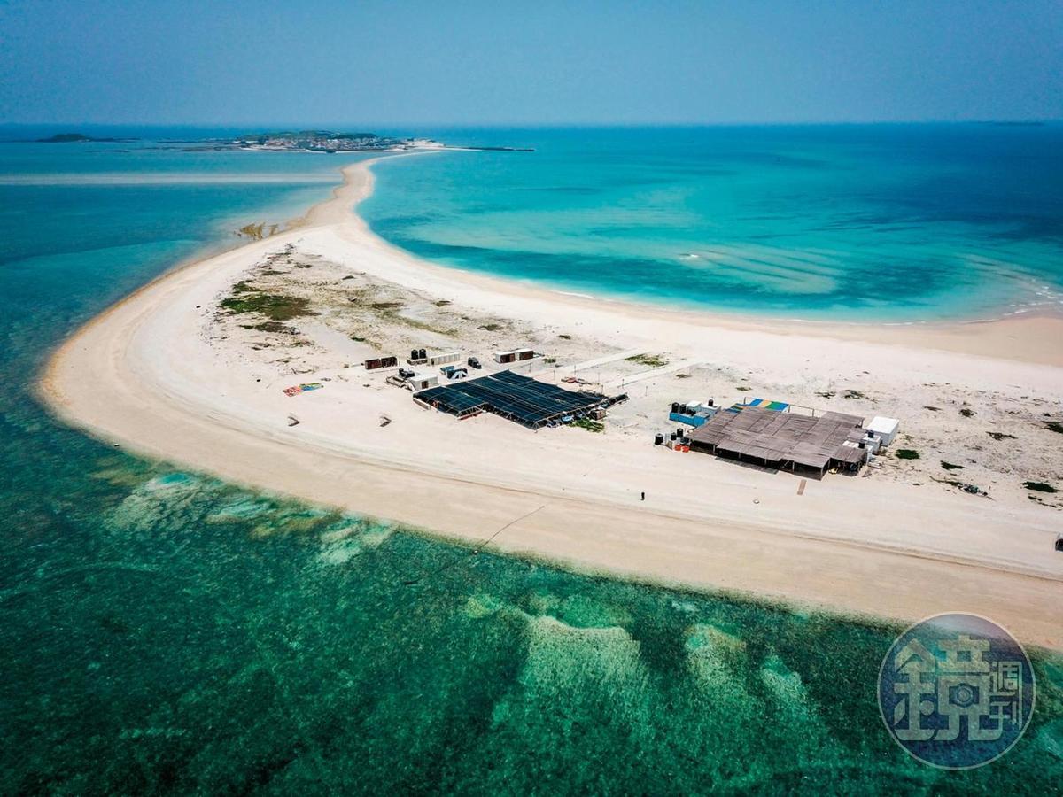 退潮時,海中央會露出一條能通往鳥嶼和「澎澎灘」的海中道路。