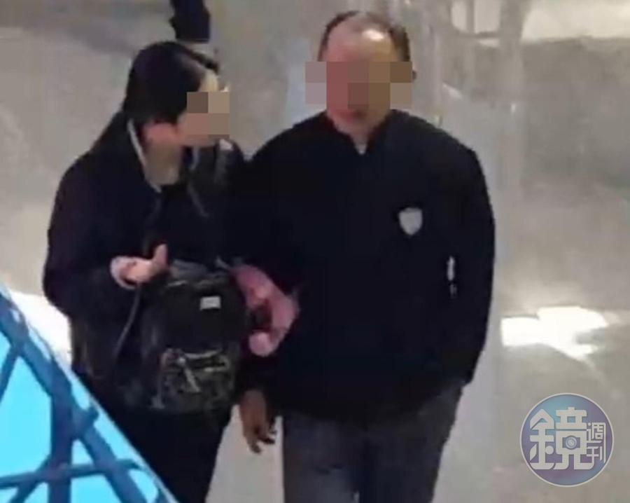 蘇姓教官被目擊與中國籍女學生在機場挽手並肩而行。(讀者提供)