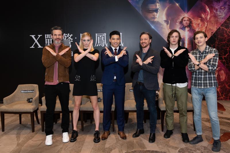 《X戰警:黑鳳凰》導演賽門金柏格率領蘇菲特納(左2)、詹姆斯麥艾維(右3起)、伊凡彼得斯、泰謝瑞丹與台灣媒體連線。(福斯提供)