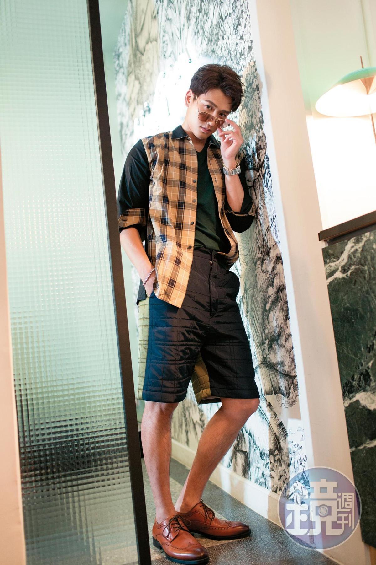 Banana Republic內搭T-Shirt。約NT$1,000 Jolin Wu/林果設計格子襯衫。NT$9,500/Jolin Wu林果設計短褲。NT$9,900/ALDO牛津鞋。約NT$3,500