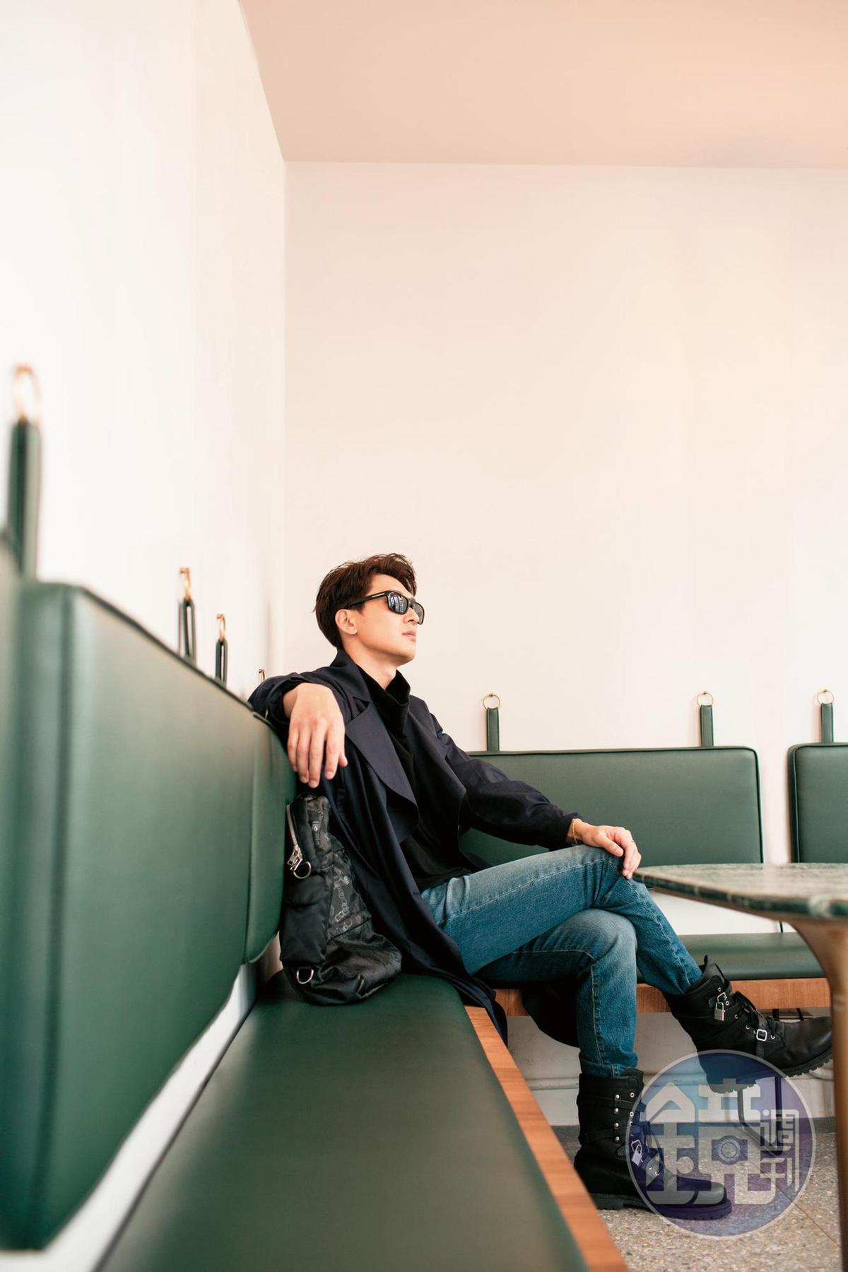 PRADA膠框墨鏡。約NT$10,000/Jolin Wu林果設計高領上衣。NT$5,500/Jolin Wu林果設計長版風衣。NT$18,900/LEVI'S牛仔褲。NT$3,990/前經紀人送的adidas x Jermy Scott高筒靴子。無價
