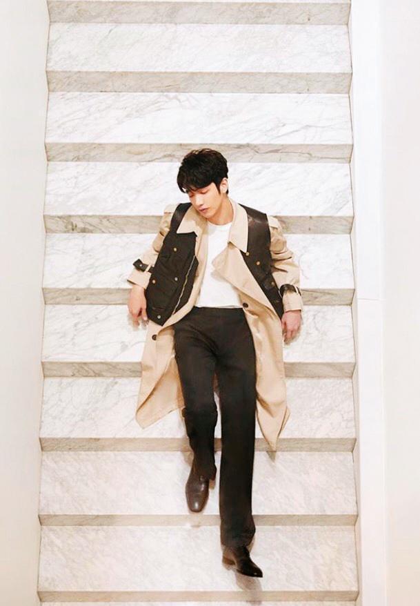 劉以豪在米色風衣外面,套了件黑色背心,營造出長短不同的服裝層次,也讓色彩多了點變化性,並與下半身的黑色長褲相呼應。(翻攝自劉以豪IG)