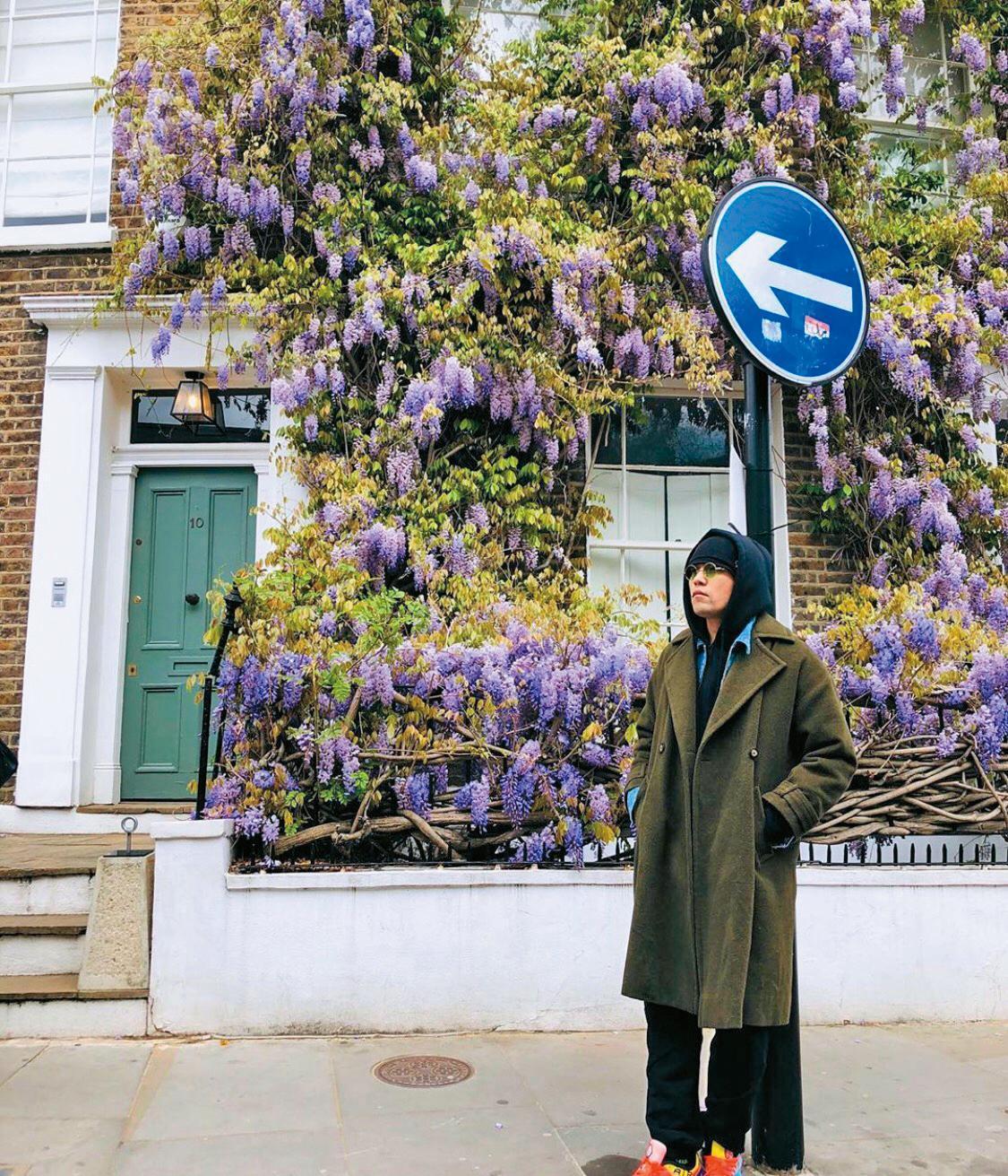 在英國倫敦諾丁丘(Notting Hill)的周杰倫,因為天氣冷,把穿在裡面的連帽衛衣翻出來蓋住頭保暖,身上的軍綠色風衣有別於最常見的黑與駝色,加上腳踩亮色系球鞋,讓搭配有了重點。(翻攝自周杰倫IG)