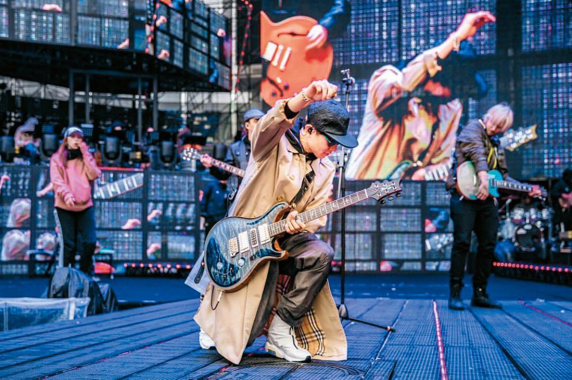 在中國大陸石家莊的表演上,林俊傑穿著BURBERRY長版風衣,搭配棒球帽與墨鏡,超級搖滾!而且衣襬隨著律動的飛揚,在舞台上完全就是巨星架勢,好有型。(翻攝自林俊傑IG)