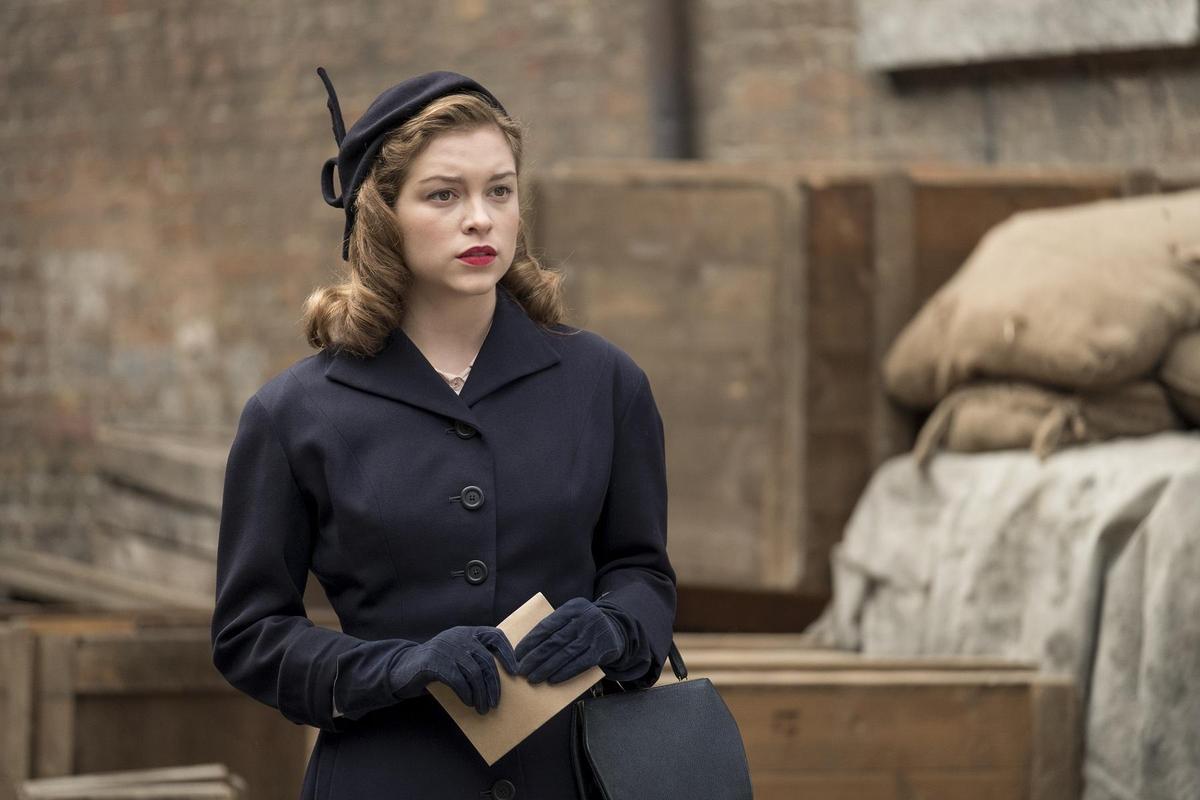 蘇菲庫克森在本片詮釋女主角茱蒂丹契的年輕時期。(采昌國際提供)