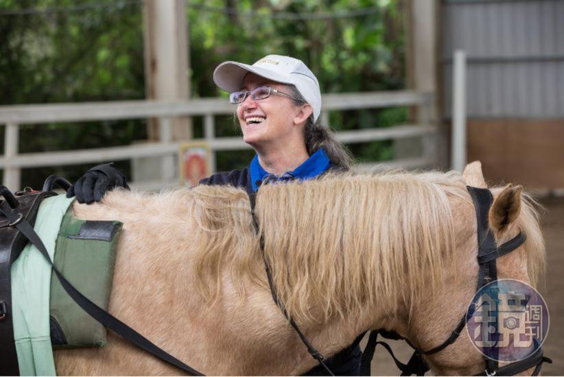 馬術治療對於穩定自閉兒的情緒也很有幫助,Uta解釋,因為在馬背上那種很韻律的動作,會讓他安定下來,在這種狀態下,會更容易學習和專心做一件事情。