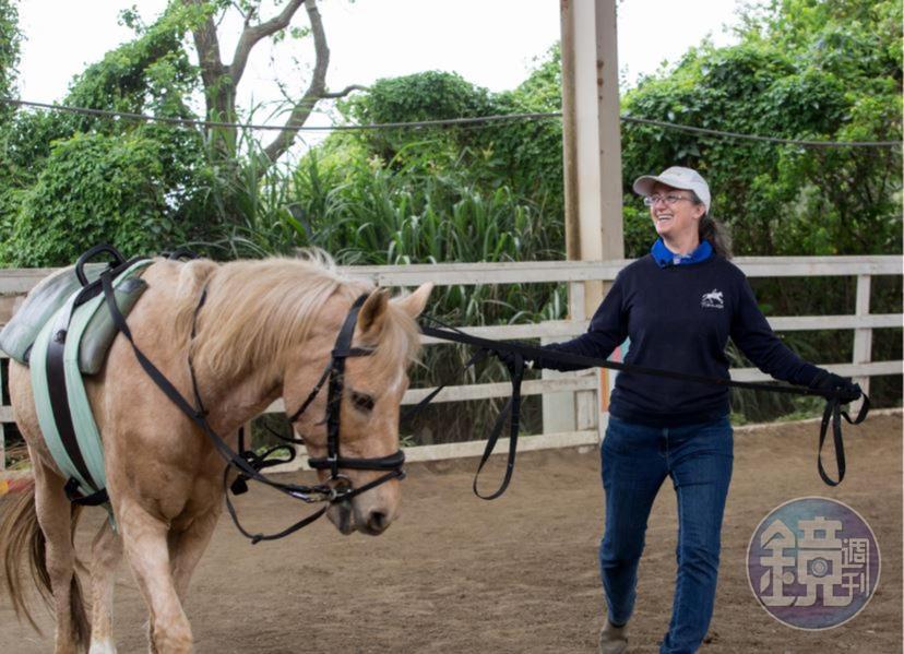 台灣馬術治療中心的每一匹馬都受過專業訓練,目的是讓牠們習慣治療時會遇到的狀況,例如上馬台、輪椅,或者會用到的玩具,也習慣小孩子可能會尖叫等等。