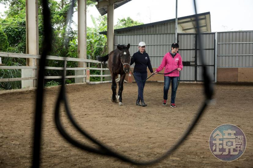 安安如今每週六來馬場,透過種種活動訓練肌耐力。經過多年馬術和物理治療雙管齊下,如今她走路已很少像從前動不動就跌倒。
