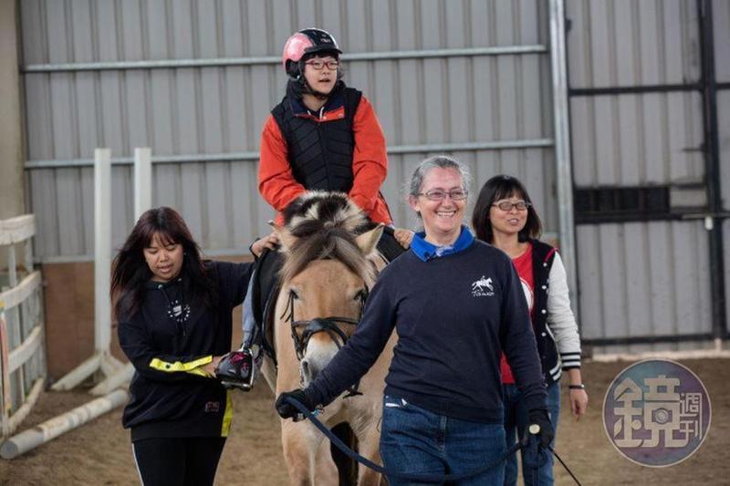 12歲的陳又境接受馬術治療9年了,陳爸爸說,女兒每次下馬後,背部挺直的能力增強許多,馬療對她背部肌肉的發展和支持力很有幫助。
