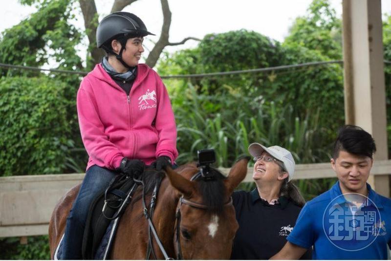 來台30多年的Uta(中)當初是為了患有腦麻的女兒安安(左)開始投入馬術治療,如今她在桃園新屋馬場的台灣馬術治療中心擔任教學顧問,是無給職。