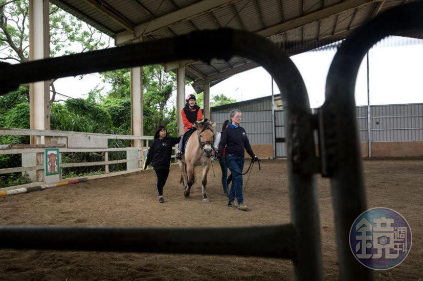 又境熱愛騎馬,臉上總是掛著甜美笑容的她,在馬背上笑得更燦爛了。